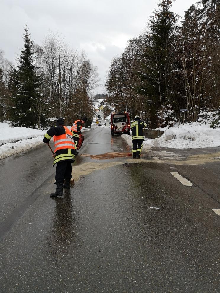 Feuerwehr Eschbronn im Einsatz Benzin Ölspur