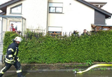 Feuerwehr Eschbronn im Einsatz Brand Hecke
