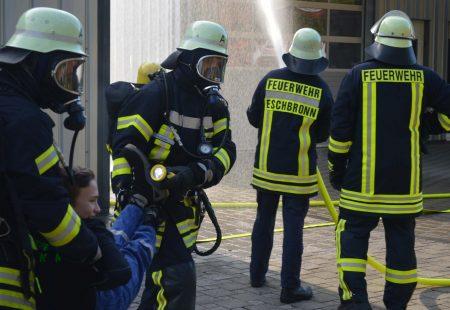 Menschenrettung bei der Hauptübung der Feuerwehr Eschbronn