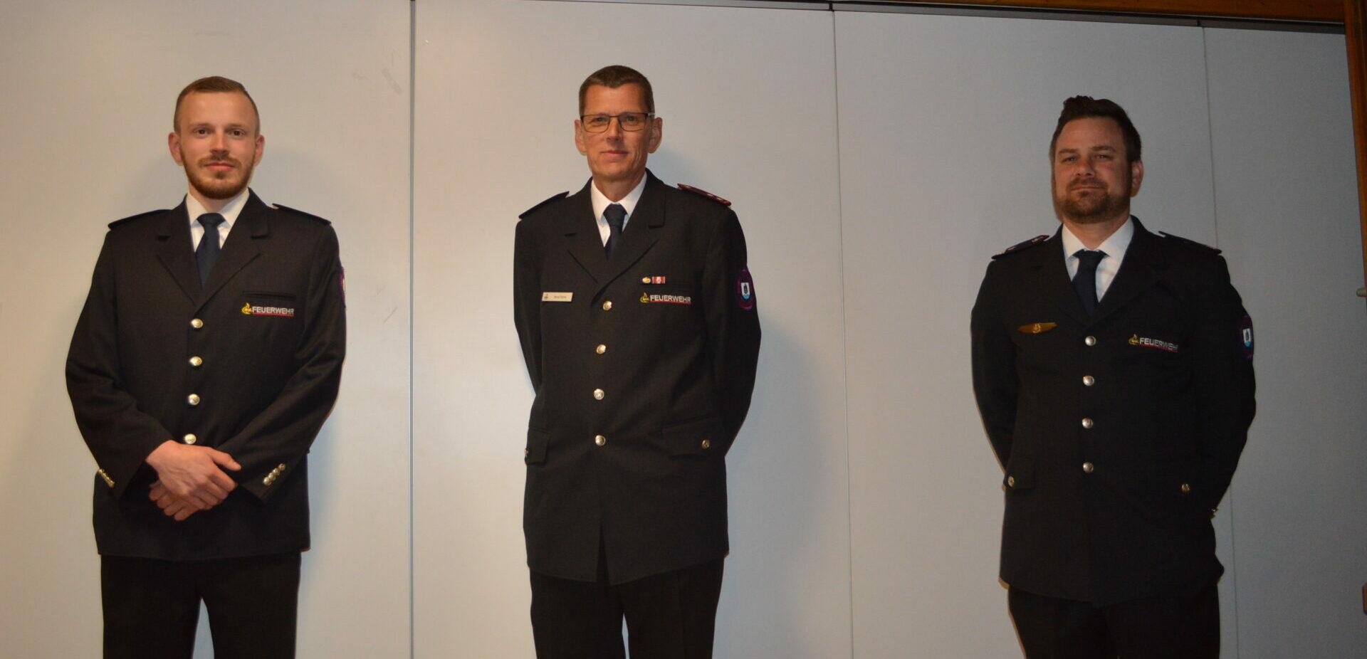 v.r. der wiedergewählte Kommandant Andreas Noth,der neu gewählte stellvertretende Kommandant Bernd Rühle. Stefan Weisser stellte sich nicht wieder zur Wahl