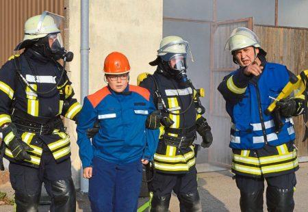 Menschrettung durch Atemschutztrupp Hauptübung Feuerwehr Eschbronn